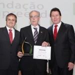 Sr. Alaor Francisco Tissot, homenageado, entre os Presidentes FE e FACISC