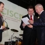Sr. Ninfo König recebendo o Certificado Prêmio Senador Henrique Loyola das mãos do Presidente Reck